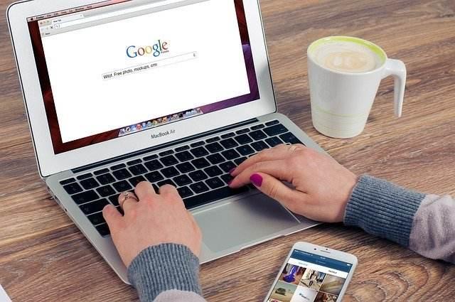 Particulier chez lui et sur internet sur Google